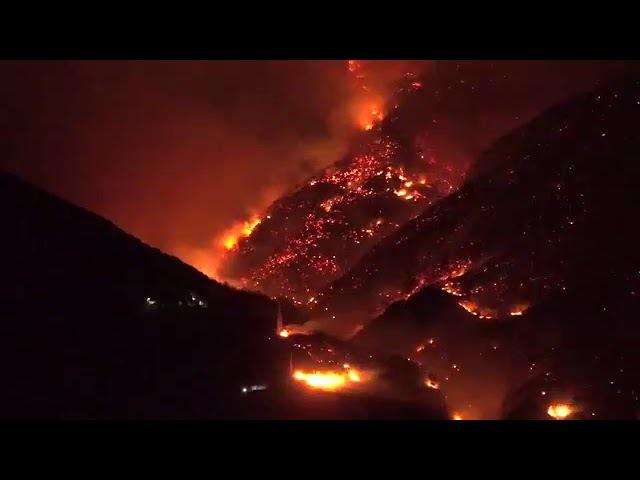 Gli incendi visti dalla notte nell'Italia settentrionale a Bussoleno nel Torinese