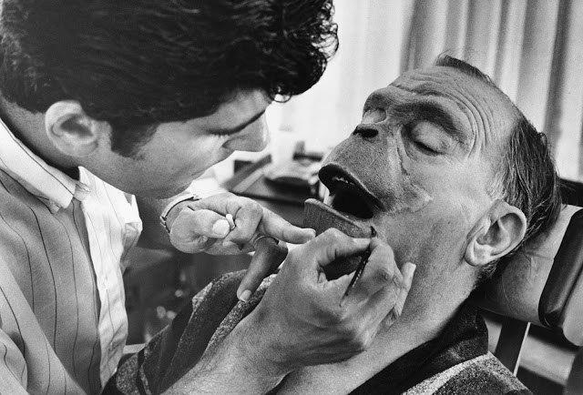 """Актеру Морису Эвансу накладывают грим из поролона на съемках фильма """"Планета обезьян"""", 1968 год."""