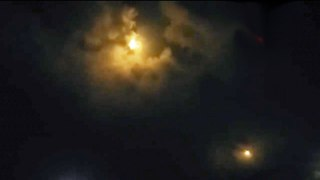 Таинственный неопознанный летающий объект в небеи Колумбии. Видео с разных камер.