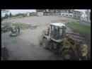В Канале ковш погрузчика упал на работника