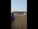 Курдские школьники снимают иракский флаг над своей школой в Киркуке