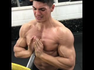 Упражнение на середину груди