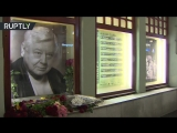 Москвичи несут цветы к портрету Табакова в МХТ имени Чехова