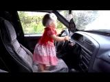 Девушка в первый раз за рулём:)