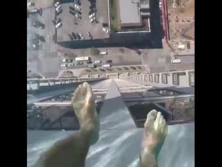 Бассейн с прозрачным дном на крыше небоскреба