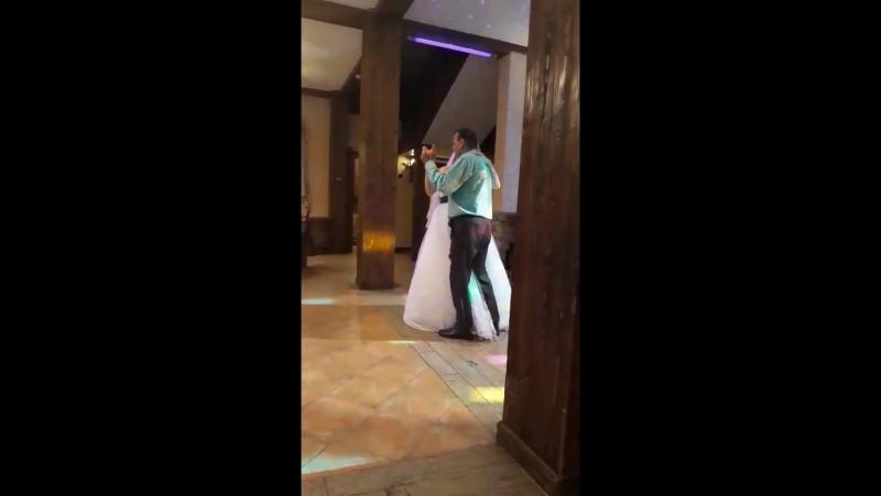 Белый танец отца и дочери Отец передаёт дочку мужу