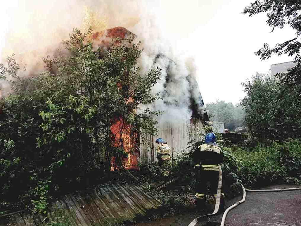 В МЧС рассказали, как тушили пожар в ангаре в центре города