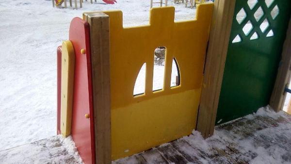 Вандальные надписи с детского игрового комплекса во дворе на Нижней Масловке удалили по просьбе жителя