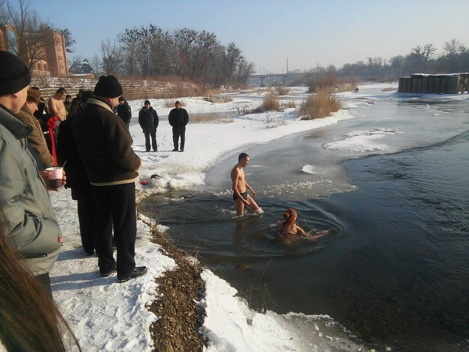 На Водохреща чернівчани скупалися у крижаних водах Прута (ФОТО)