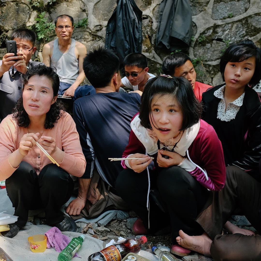 Місцеві захоплено розпитують іноземців, яких запросили на святковий пікнік. © Shin Choi