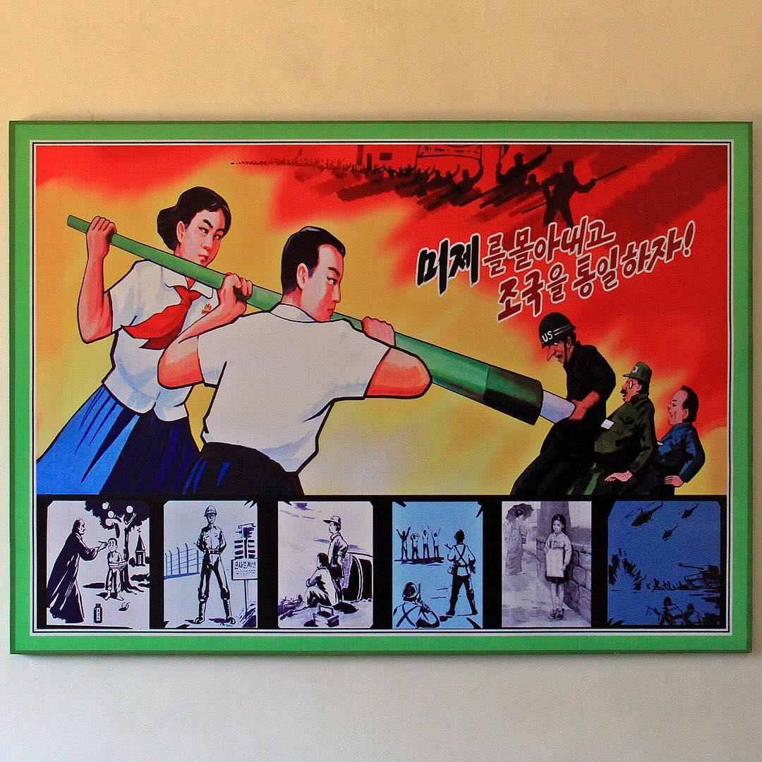 Шкільний плакат з зображенням учнів, які ручкою проколюють американських і японських солдатів. © Автор: Jaka Parker