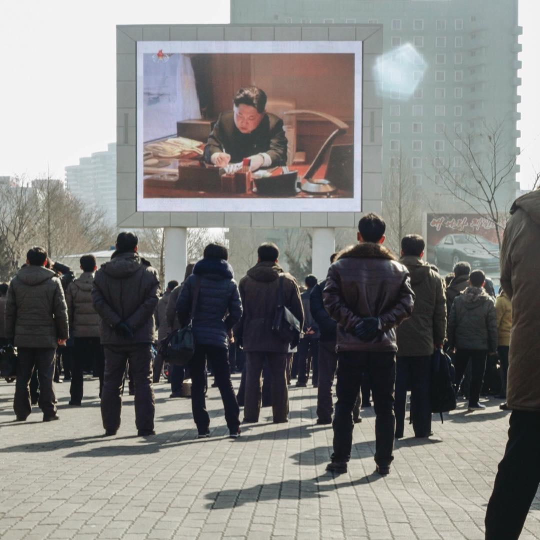 Мешканці Пхеньяну дивляться випуск новин на великому цифровому екрані поблизу центрального залізничного вокзалу. Автор: Siegfried Chu