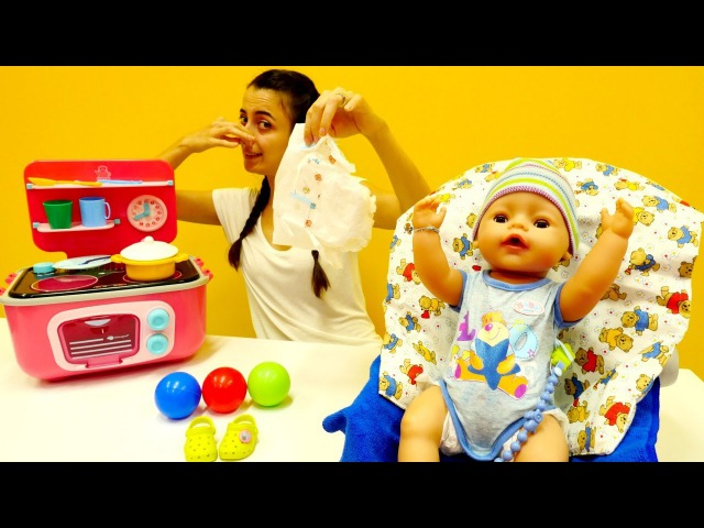 Kardeş bakma oyunları! 👶 Bebiş mama yerken ALTINA YAPTI! En güzel evcilik oyunu! Anne oyunları
