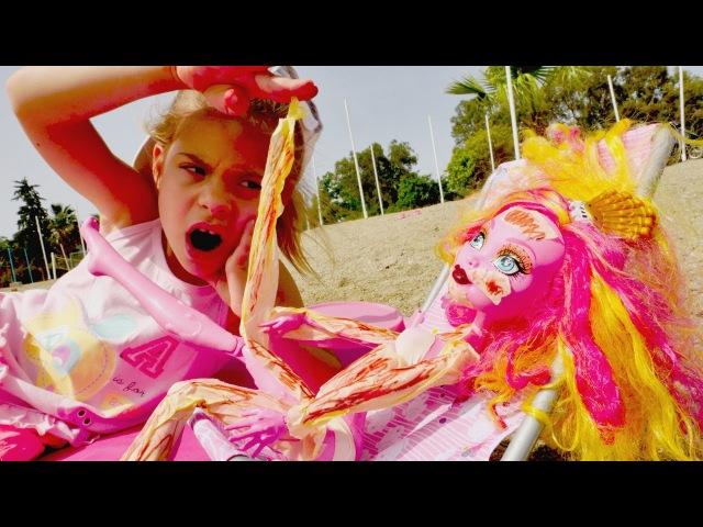 Monster High Gooliope Jellington bebek YILAN GİBİ soyuluyor 🔥ŞOK Kız plaj oyunları Kız oyuncakları