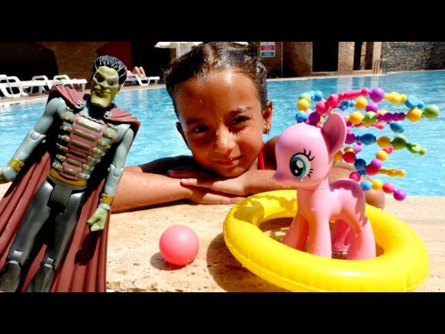 Havuzda🦄 My Little Pony Pinkie Pie SAÇLARINI ÇALINDI! İMDAT! Yaz havuz oyunları! Kız oyuncakları