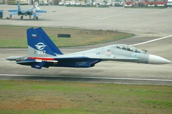 Су-30 проходит на высоте чуть более метра над землей, не выпуская шасси