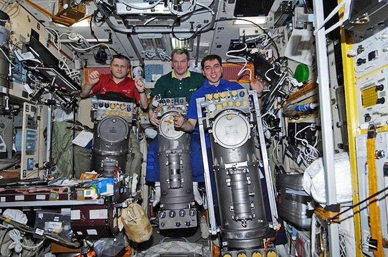 Андрей Борисенко, Александр Самокутяев и Сергей Волков с тремя блоками «Электрон-ВМ»