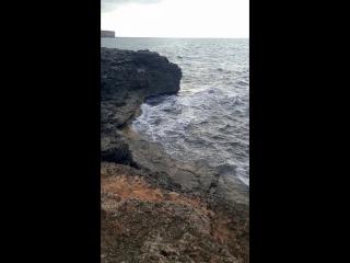 Волны бьются о берег крутой