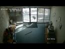 Козел вдребезги разгромил стеклянные двери офиса в Колорадо 16.07.2017