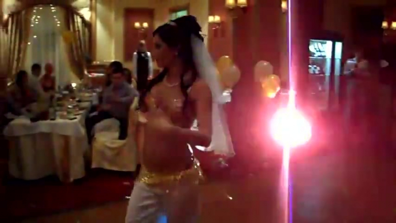 невеста танцует