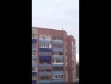 РБ, г. Стерлитамак, ул. Суханова 8. Дети кидают булыжники с крыши