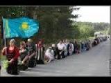 Русские на коленях возвращаются в Казахстан целуют землю