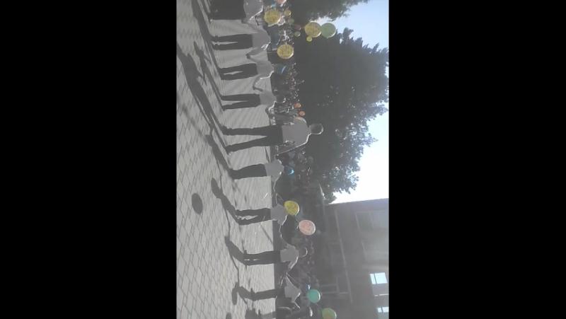 1 класс) А ведь 9 лет назад я и мой класс, так же отпускали шарики, загадывая желание. Жаль что время так быстро летит😿 1класс