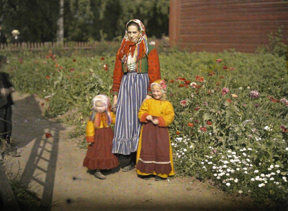 Швеция, возле г. Гагнеф (мать с дочерями в традиционных костюмах), 1910. © Музей Альберта Кана