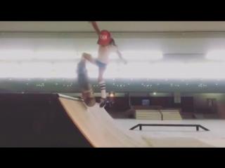Трюкачи. Восьмилетняя девочка вытворяет на скейте