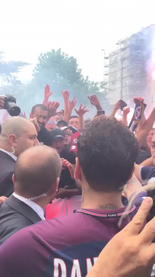 Дани Алвесу устроили горячий приём в Париже