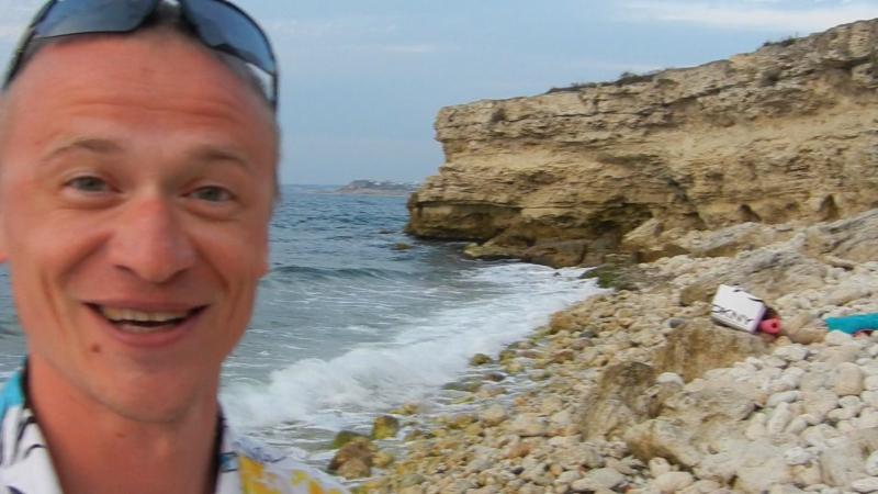 стоишь на берегу и чувствуешь соленый запах ветра что веет с моря...