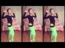 Кавказская девушка танцует танец живота