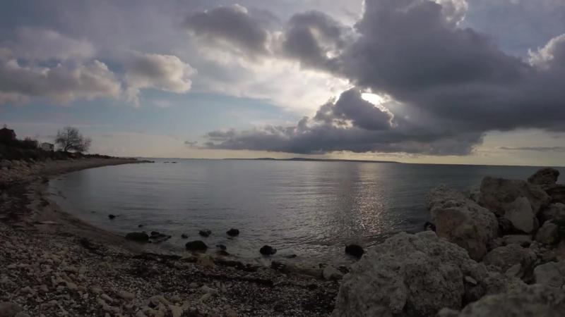 Камни, море, шум волн, солнце сквозь облака 4К в реальном времени. Релакс