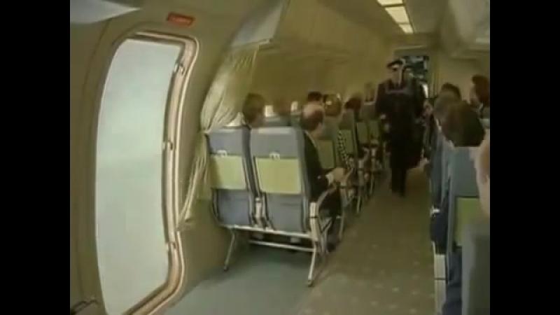 Стюардесса и пилоты покидают самолет