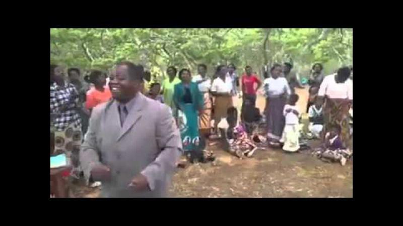 Africanos Louvando a Deus , No Meio dos matos sem bancos para sentarem e sem som ,vejam