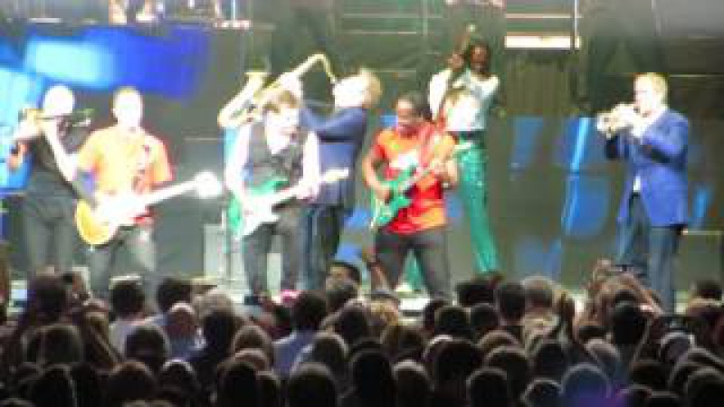 Earth Wind and Fire with Chicago in Montreal - The (REALLY) Big Finish - WOW