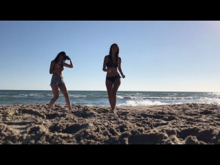 Экс-участница «Дом 2» Алиана Устиненко вместе с подругой дурачатся на берегу моря