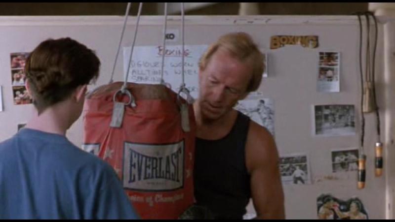Пол Хоган учит боксу (Почти ангел 1990 г.)