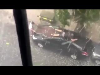 Мужик защищает машину от града , Смешно !!!!!