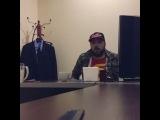 Глеб Жемчугов читает рэп у себя в кабинете, чтобы лучше настроиться на работу