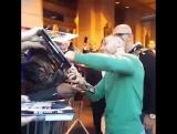 Конор раздаёт автографы перед UFC 205!
