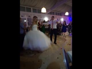 Жених танцует невесте