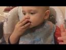 Взрослый сынок кушает сам