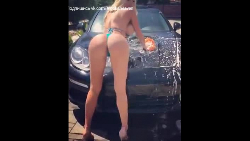 Сексуальная блондинка моет машину