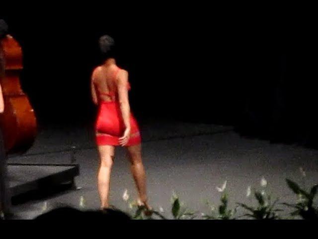 Yuja Wang walks on the rythm of the claps !...