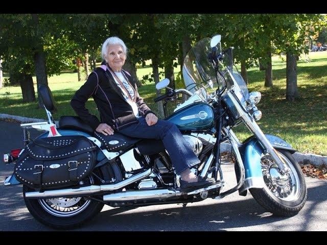 Глория Страк, 90, байкер