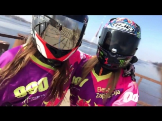 Две красивые девушки на МОТОЦИКЛАХ  -  ТАЕТ ЛЁД  -  Two beautiful motogirls - Chicks in HELLmets