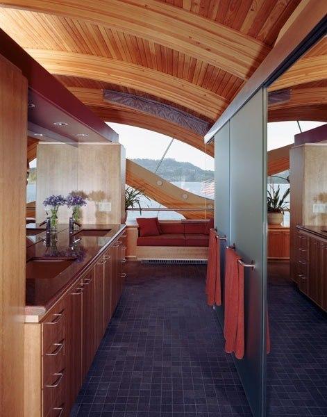 АРХИТЕКТОР РОБЕРТ ХАРВИ ОШАЦ (Robert Harvey Oshatz) назвал этот проект «Плавающий дом»