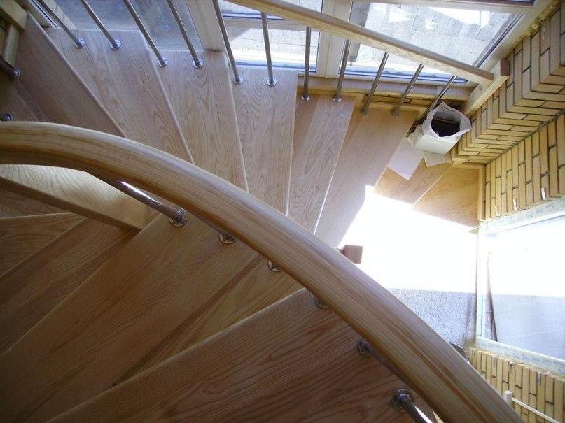 Лестница из лиственницы с гнутыми поручнями