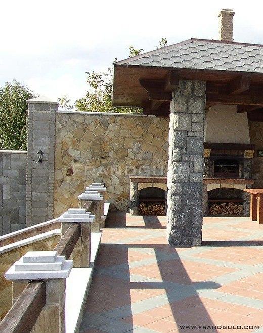 Экстерьер частного дома из камня и дерева
